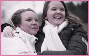 Mamma Merja och dottern Jessica ler och håller om varandra, utomhus med vinterjackor.